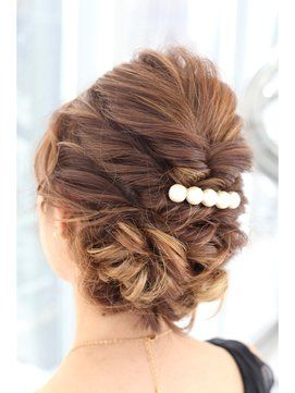 髪の毛をまとめてくるりんぱ。かわいいヘアアクセサリー